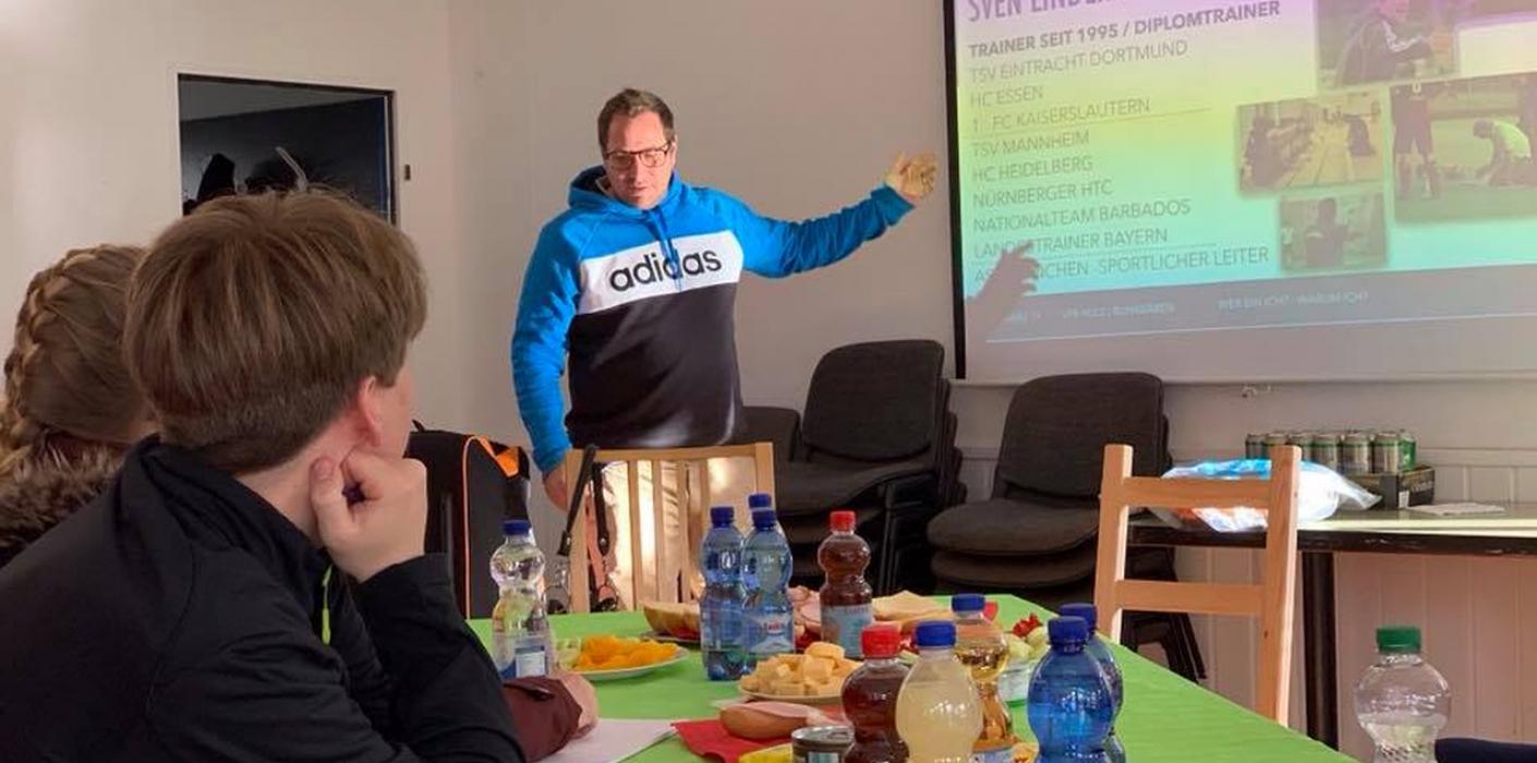 Bundestrainer trainiert die Bunabärentrainer