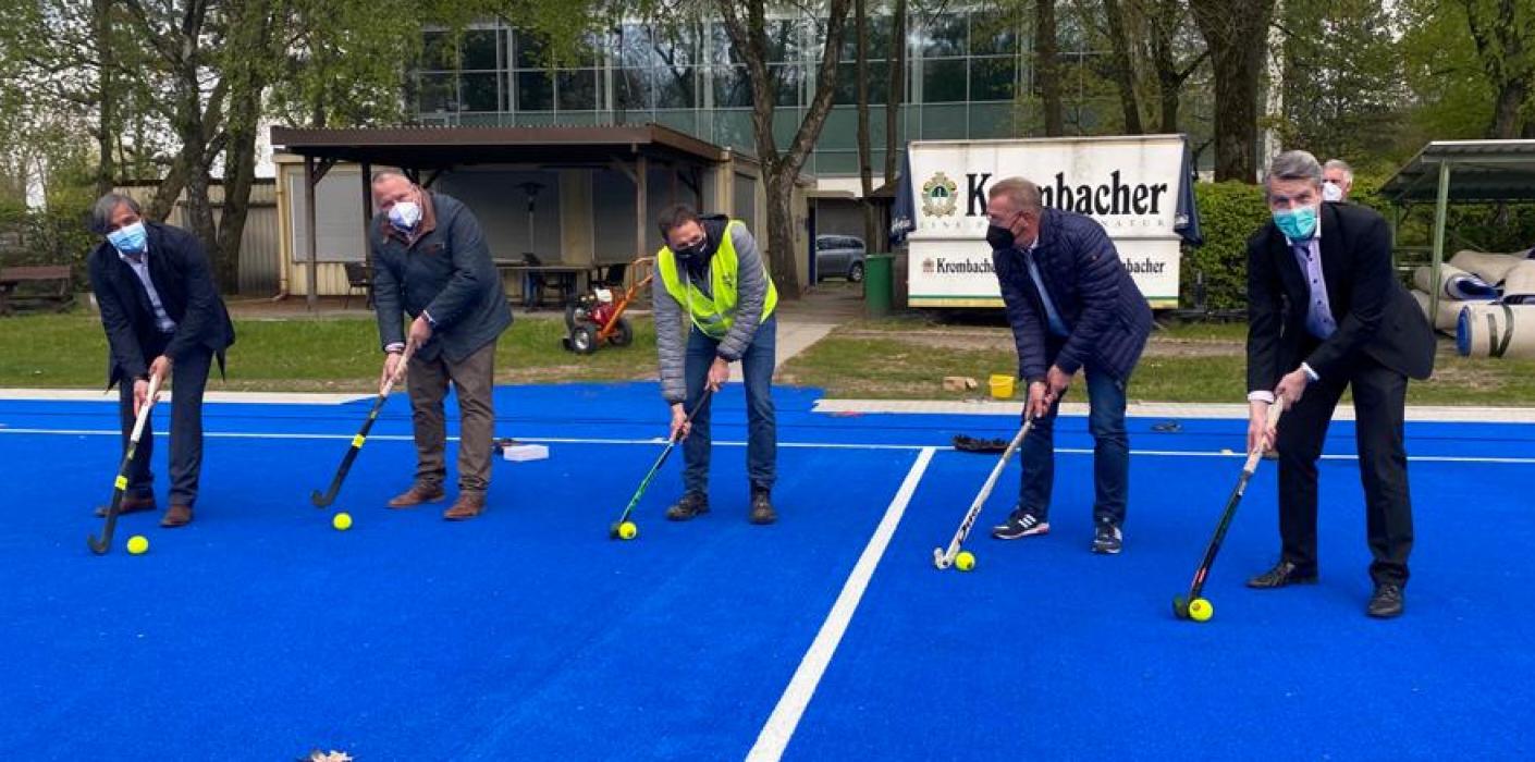 Hockeyplatz-Sanierung: NRW-Generalsekretär Josef Hovenjürgen besucht den VfB